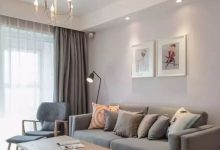 95平米简约日式原木风三房装修案例,灰色背景墙配装饰画置物架-三思生活网