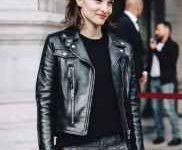 黑色夹克里面穿什么t恤-三思生活网