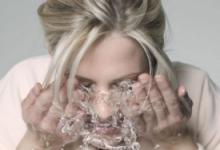 玩手机后要洗脸吗 要怎么洗脸-三思生活网
