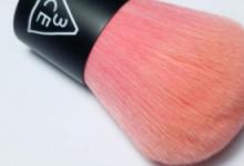 腮红刷和散粉刷有什么区别 腮红刷和散粉刷上妆教程-三思生活网