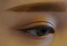 金棕色眼影的画法步骤图解-三思生活网